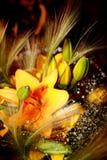 Blumenstrauß der Lilien und der Feder Stockfoto