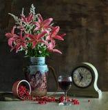 Blumenstrauß der Lilien und des Glases Weins Lizenzfreie Stockfotos