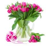Blumenstrauß der mehrfarbigen Tulpe blüht im weißen Topf Stockbild