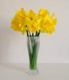 Blumenstrauß der Narzisse auf dem weißen Hintergrund Mutter`s Tag Gelbe Blumen des Frühlinges Ostern-Blumenstrauß Blumen vom Gart Stockfoto