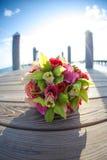 Blumenstrauß der Orchideen und der Rosen Stockbild