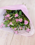 Blumenstrauß der purpurroten Rosen verziert mit Glastropfen Stockfotos