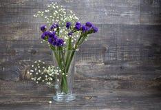 Blumenstrauß der purpurroten und weißen Blume im Vase Lizenzfreies Stockbild