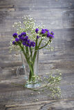 Blumenstrauß der purpurroten und weißen Blume im Vase Stockfotografie