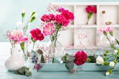 Blumenstrauß der rosa Gartennelke auf hölzernem Hintergrund des hellen Türkises lizenzfreie stockbilder