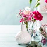 Blumenstrauß der rosa Gartennelke auf hölzernem Hintergrund des hellen Türkises stockbild