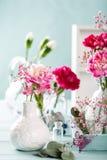 Blumenstrauß der rosa Gartennelke auf hölzernem Hintergrund des hellen Türkises stockbilder