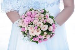 Blumenstrauß der rosafarbenen Rosen in den Händen der Braut Stockfoto