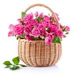 Blumenstrauß der rosafarbenen Rosen im Korb Stockfotos