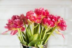 Blumenstrauß der Rose färbte Tulpen mit weißem hölzernem Hintergrund Stockbild