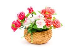 Blumenstrauß der Rosen in einem Korb stockfotografie