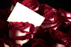 Blumenstrauß der Rosen mit Grußkarte Stockfotografie