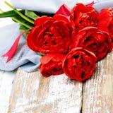 Blumenstrauß der roten frischen Frühlingstulpe blüht auf altem hölzernem backgrou Stockfotografie