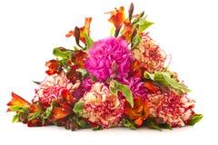 Blumenstrauß der roten Gartennelken und der Chrysanthemen Stockfoto