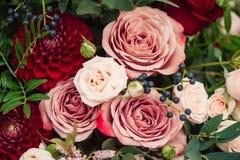 Blumenstrauß der roten rosa Dahlie der Rosen Lizenzfreie Stockbilder