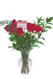 Blumenstrauß der roten Rosen im freien Vase mit LIEBES-Karte. Lizenzfreies Stockbild