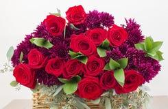 Blumenstrauß der roten Rosen lokalisiert auf dem weißen Hintergrund stockfoto