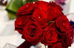 Blumenstrauß der roten Rosen und der Perlen Lizenzfreies Stockfoto