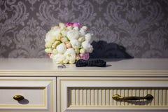 Blumenstrauß in der Tabelle Stockbilder