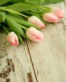 Blumenstrauß der Tulpen auf altem hölzernem stockfotografie