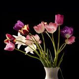Blumenstrauß der Tulpen auf einem schwarzen Hintergrund Lizenzfreies Stockbild