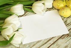 Blumenstrauß der Tulpen, der Ostereier und der unbelegten Karte ein stockfotografie