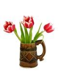 Blumenstrauß der Tulpen im keramischen Becher getrennt auf Whit lizenzfreie stockbilder