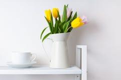 Blumenstrauß der Tulpen und des Cup Stockfoto