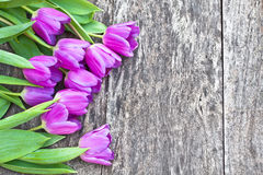 Blumenstrauß der violetten Tulpen auf der Eichenbrauntabelle Stockbilder