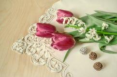 Blumenstrauß der weißen Hyazinthe und der roten Tulpen mit Schokoladen Stockfotografie