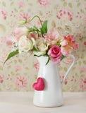 Blumenstrauß der weißen und rosafarbenen Rosen im Potenziometer lizenzfreie stockfotos