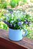 Blumenstrauß des Frühlinges blüht in einer Eisenschale Lizenzfreies Stockfoto