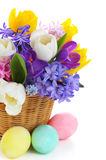Blumenstrauß des Frühlinges blüht im Korb mit Eiern Stockfotos