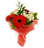 Blumenstrauß des Gerbera blüht in der roten Verpackung lokalisiert auf Weiß Stockfoto