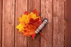 Blumenstrauß des Herbstlaubs auf hölzernem Hintergrund Stockfotos