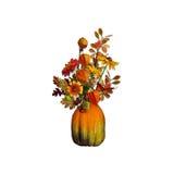 Blumenstrauß des Herbstlaubs und der Blumen in einem Vase von einem Kürbis auf einem lokalisierten Hintergrund Stockfotografie