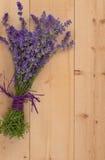 Blumenstrauß des Lavendels auf Holz Stockfotografie