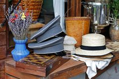 Blumenstrauß des Lavendels im Vase, emporgeragte Kappen, Hüte und Schachbrett liegen auf einem hölzernen Zähler lizenzfreie stockfotografie