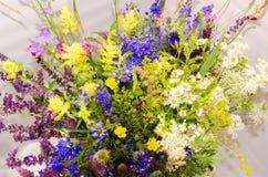 Blumenstrauß des mehrfarbigen Wiesengrases stockfotografie