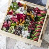 Blumenstrauß des neuen Jahres in der Geschenkbox Kata Strand Stockfotografie