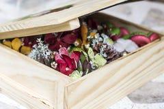 Blumenstrauß des neuen Jahres in der Geschenkbox Kata Strand Lizenzfreie Stockfotografie