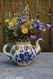 Blumenstrauß in einer Teekanne stockbild