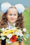 Blumenstrauß für ersten geliebten Lehrer an zuerst von September Blumen für die letzte Glocke Tag des Wissens Beginn des neuen Sc lizenzfreie stockbilder