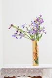Blumenstrauß Frühling purpurroter Iris im Vase auf Weiß Stockfoto