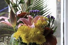 Blumenstrauß gelegt in ein Fenster Stockfotografie