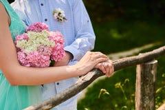 Blumenstrauß in Hände Stockbilder