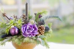 Blumenstrauß hat Weihnachtsbaumaste und künstliche Blumen lizenzfreie stockbilder