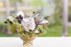 Blumenstrauß hat Weihnachtsbaumaste und künstliche Blumen lizenzfreie stockfotografie