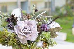 Blumenstrauß hat Weihnachtsbaumaste und künstliche Blumen lizenzfreie stockfotos