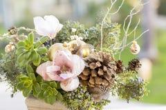 Blumenstrauß hat Weihnachtsbaumaste und künstliche Blumen lizenzfreies stockfoto